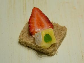 Canapé Morango com Queijo Brie